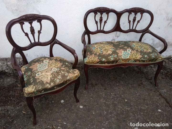 Antigüedades: SOFÁ DE DOS PLAZAS Y SILLÓN EN MADERA LACADA Y TAPIZADO . ANTIGUO - Foto 3 - 191540425