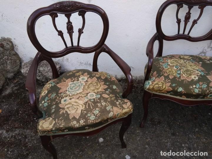 Antigüedades: SOFÁ DE DOS PLAZAS Y SILLÓN EN MADERA LACADA Y TAPIZADO . ANTIGUO - Foto 5 - 191540425