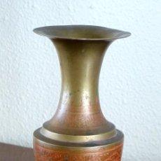 Antigüedades: JARRÓN DE BRONCE CON GRABADO ROJO. Lote 191581746