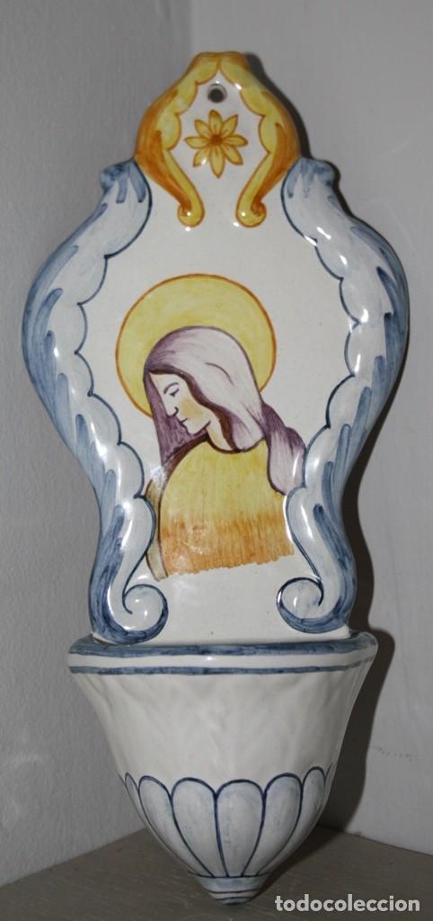 PILA BENDITERA DE MUY NOBLE Y ARTISTICA CERAMICA DE ALCORA ESMALTADA CON SELLO PARTE TRASERA (Antigüedades - Religiosas - Benditeras)
