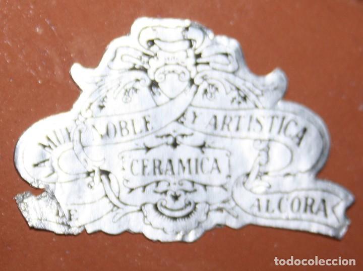 Antigüedades: PILA BENDITERA DE MUY NOBLE Y ARTISTICA CERAMICA DE ALCORA ESMALTADA CON SELLO PARTE TRASERA - Foto 3 - 191603583