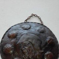 Antigüedades: ANTIGUO PLATO METAL REPUJADO. Lote 191630536