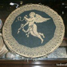 Antigüedades: TAPIZ REDONDO 36 CMS. HILOS BORDADO ANGELITO. Lote 191643100