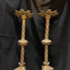 Antigüedades: EXCEPCONAL PAREJA DE CANDELABROS O HACHEROS DE ALTAR, DE MEDIO METRO DE ALTURA. MUY ORNAMENTADOS. Lote 191714010