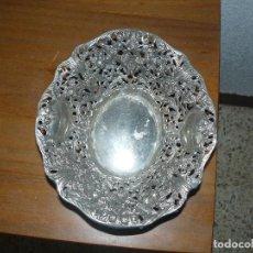 Antigüedades: CENTRO DE MESA PLATEADO - BANDEJA CINCELADA Y REPUJADA - BAÑO DE PLATA - AÑOS 50. Lote 191714576