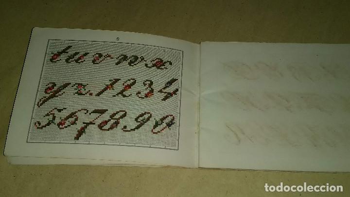 Antigüedades: Recueil de Motifs et Alphabets Coloriés Pour Travaux en Tapisserie. Paris 1876. Álbum Nº 402 - Foto 9 - 191733770