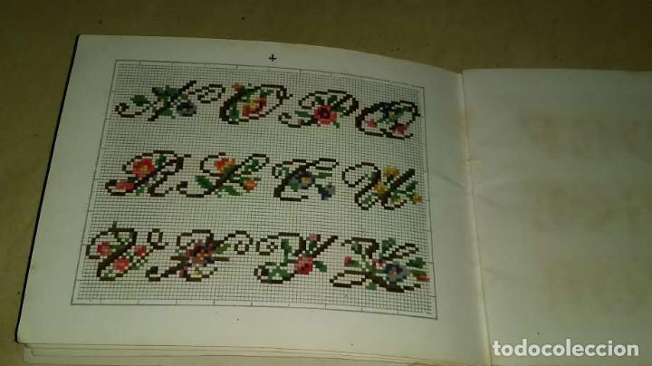 Antigüedades: Recueil de Motifs et Alphabets Coloriés Pour Travaux en Tapisserie. Paris 1876. Álbum Nº 402 - Foto 11 - 191733770