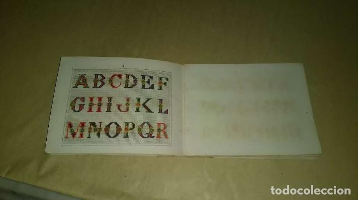 Antigüedades: Recueil de Motifs et Alphabets Coloriés Pour Travaux en Tapisserie. Paris 1876. Álbum Nº 402 - Foto 12 - 191733770