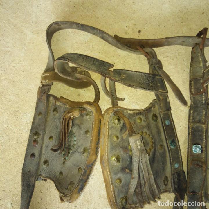 Antigüedades: Antiguas pareja de anteojeras con mosqueros de caballería del Siglo xix - Foto 3 - 191781726