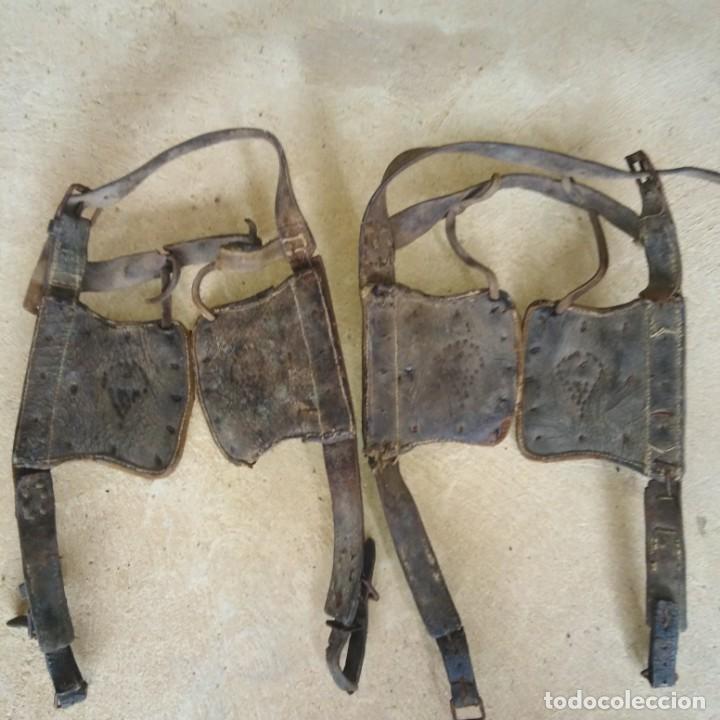 Antigüedades: Antiguas pareja de anteojeras con mosqueros de caballería del Siglo xix - Foto 4 - 191781726