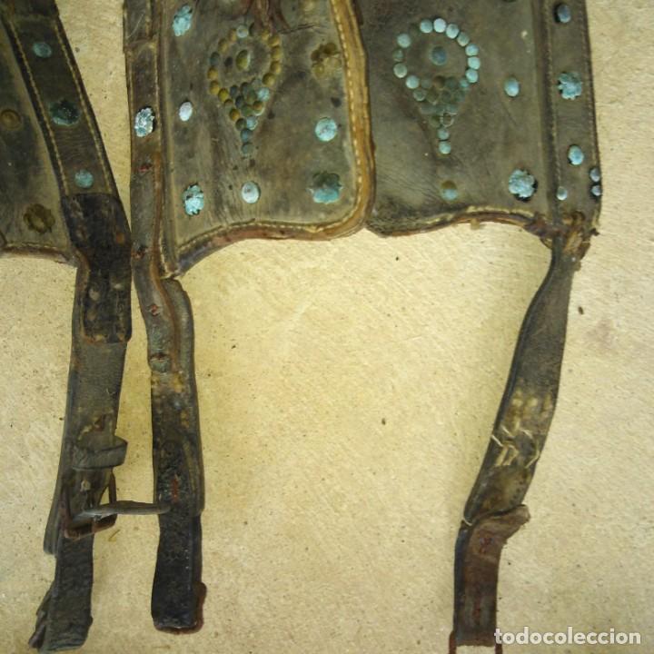 Antigüedades: Antiguas pareja de anteojeras con mosqueros de caballería del Siglo xix - Foto 5 - 191781726