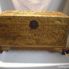 Antigüedades: ARCA TALLADA PAVOS REALES NATURAL. Lote 191814066