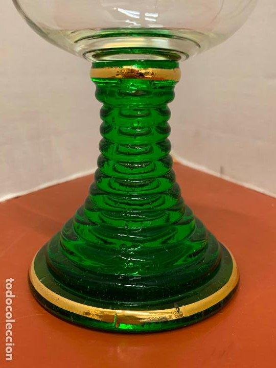 Antigüedades: Curiosa copa Wetzlar, con bonito pie de cristal verde. 11,7cms de altura - Foto 5 - 191839077
