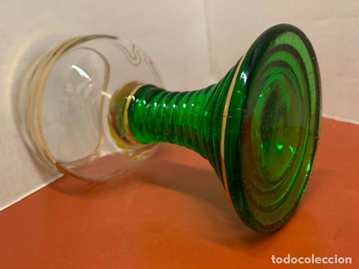 Antigüedades: Curiosa copa Wetzlar, con bonito pie de cristal verde. 11,7cms de altura - Foto 6 - 191839077