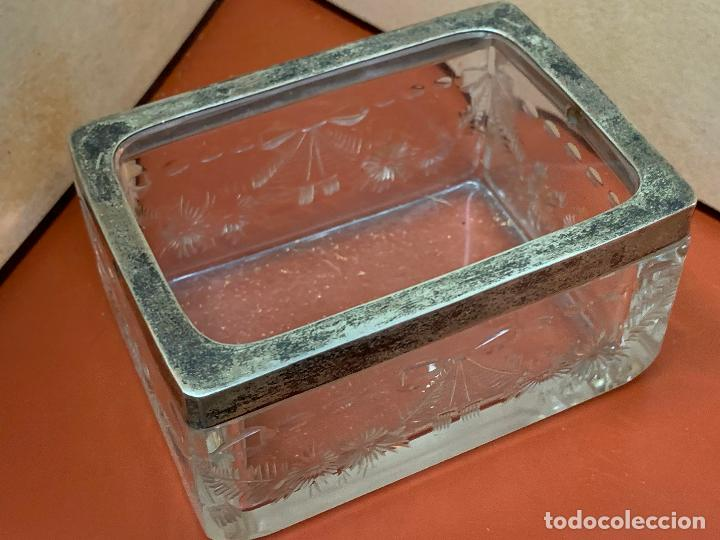 Antigüedades: Antigua cajita de cristal tallado, con borde de plata o plateado. Preciosa - Foto 3 - 191868195