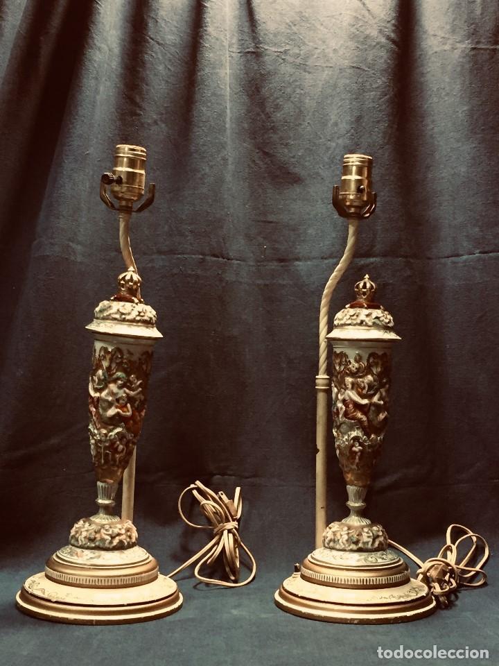 PAREJA LAMPARAS MESA MESILLA PORCELANA COPAS CAPODIMONTE ITALIA CORONA DORADOS MITOLOGIA BACANAL 49C (Antigüedades - Iluminación - Lámparas Antiguas)