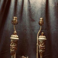 Antigüedades: PAREJA LAMPARAS MESA MESILLA PORCELANA COPAS CAPODIMONTE ITALIA CORONA DORADOS MITOLOGIA BACANAL 49C. Lote 191917648