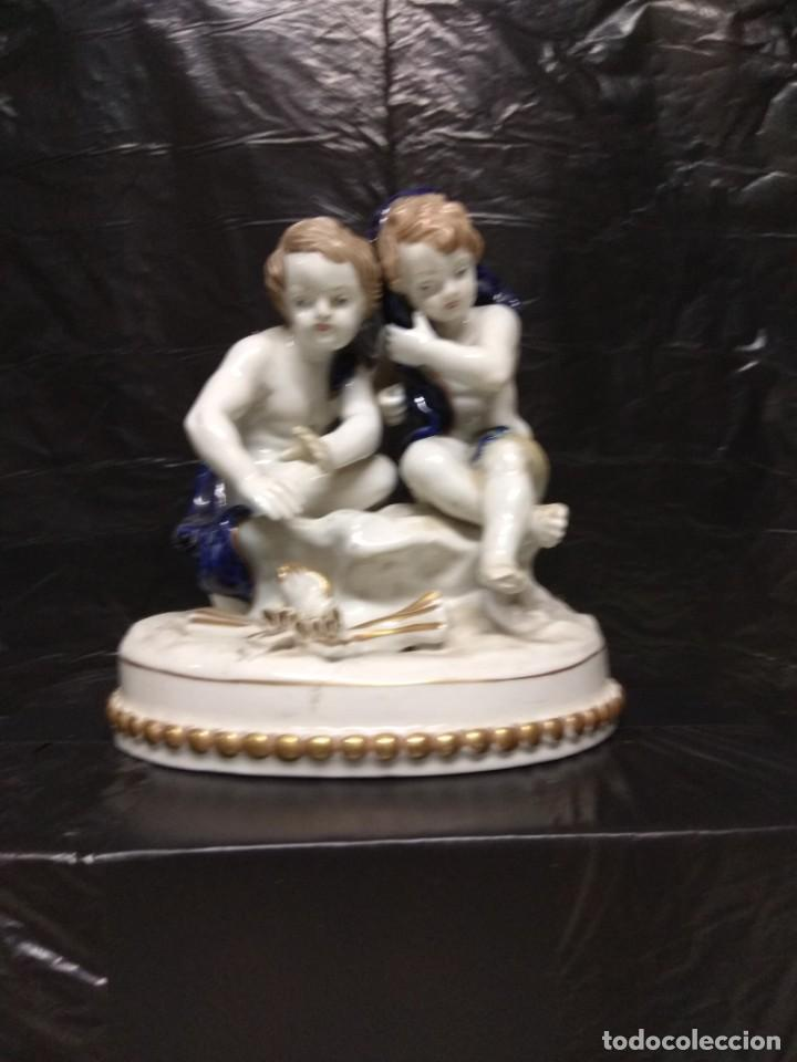 FIGURA FABRICADA EN PORCELANA DOS NIÑOS SENTADOS.HISPANIA,C.H.,MANISES,DECOR MANUAL,MADE IN SPAIN. (Antigüedades - Porcelanas y Cerámicas - Manises)