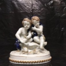 Antigüedades: FIGURA FABRICADA EN PORCELANA DOS NIÑOS SENTADOS.HISPANIA,C.H.,MANISES,DECOR MANUAL,MADE IN SPAIN.. Lote 191982692