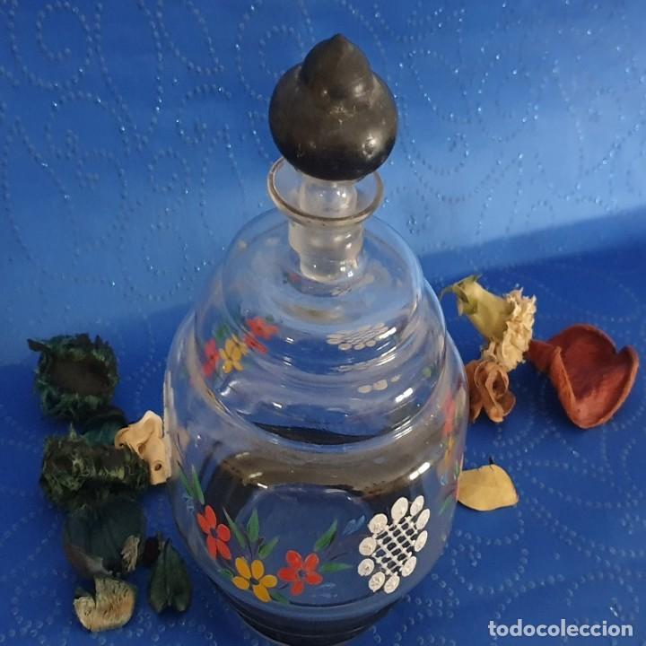 ANTIGUA LICORERA DE VIDRIO CON FLORES ESMALTADAS (Antigüedades - Cristal y Vidrio - La Granja)