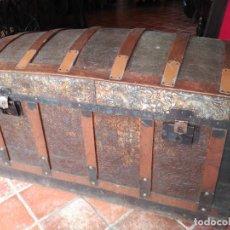 Antigüedades: ANTIGUO BAÚL DE MADERA Y CHAPA REPUJADA. Lote 192054740
