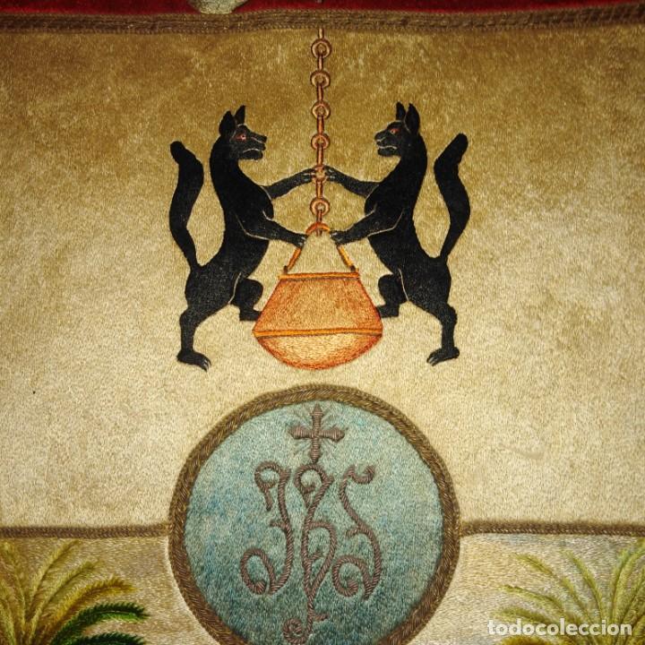 Antigüedades: Antiguo escudo bordado a mano en hilo de seda y oro, siglo xix - Foto 8 - 188441757