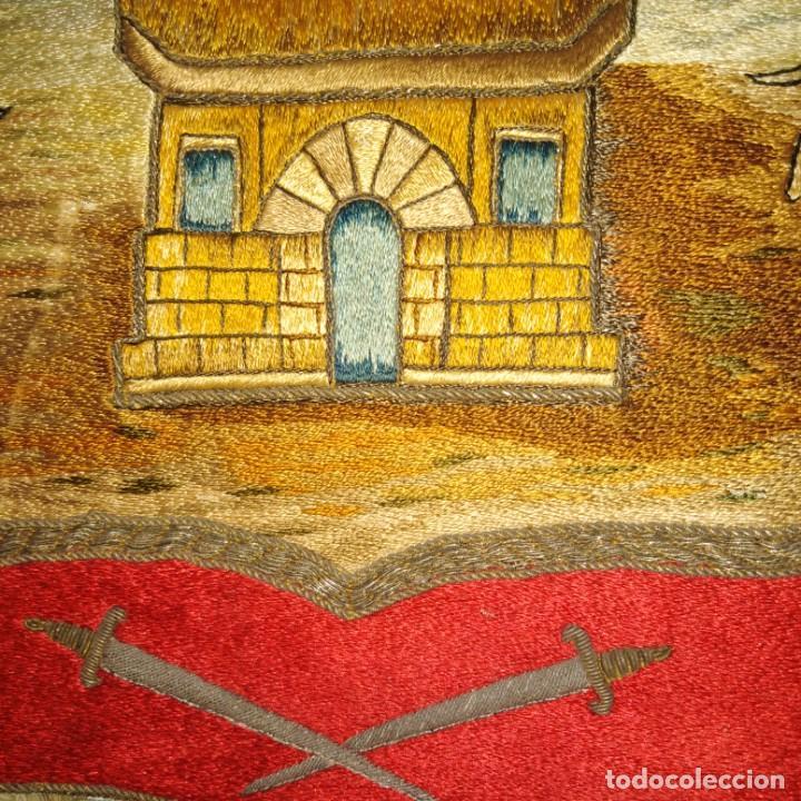 Antigüedades: Antiguo escudo bordado a mano en hilo de seda y oro, siglo xix - Foto 9 - 188441757