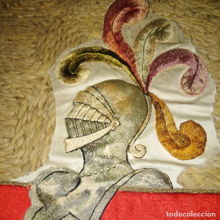 Antigüedades: Antiguo escudo bordado a mano en hilo de seda y oro, siglo xix - Foto 10 - 188441757