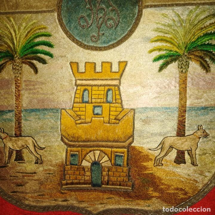 Antigüedades: Antiguo escudo bordado a mano en hilo de seda y oro, siglo xix - Foto 13 - 188441757