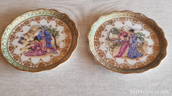 PAREJA DE PEQUEÑOS PLATOS ESTILO LIMOGES / PINTADOS A MANO / SIN MARCA / 12 CM Ø / PERFECTOS. (Antigüedades - Porcelanas y Cerámicas - Otras)