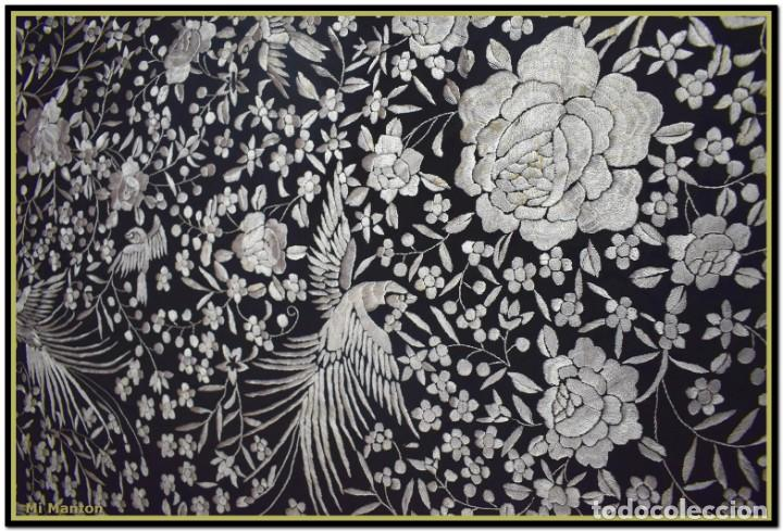 Antigüedades: Mi Manton, manton de manila seda bordada a mano blanco sobre negro - Foto 4 - 192193345
