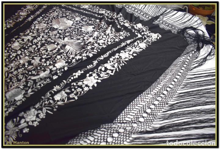 Antigüedades: Mi Manton, manton de manila seda bordada a mano blanco sobre negro - Foto 6 - 192193345