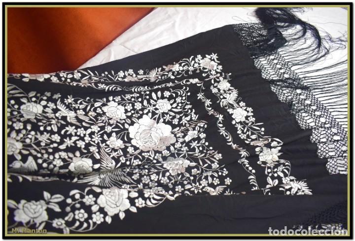 Antigüedades: Mi Manton, manton de manila seda bordada a mano blanco sobre negro - Foto 7 - 192193345