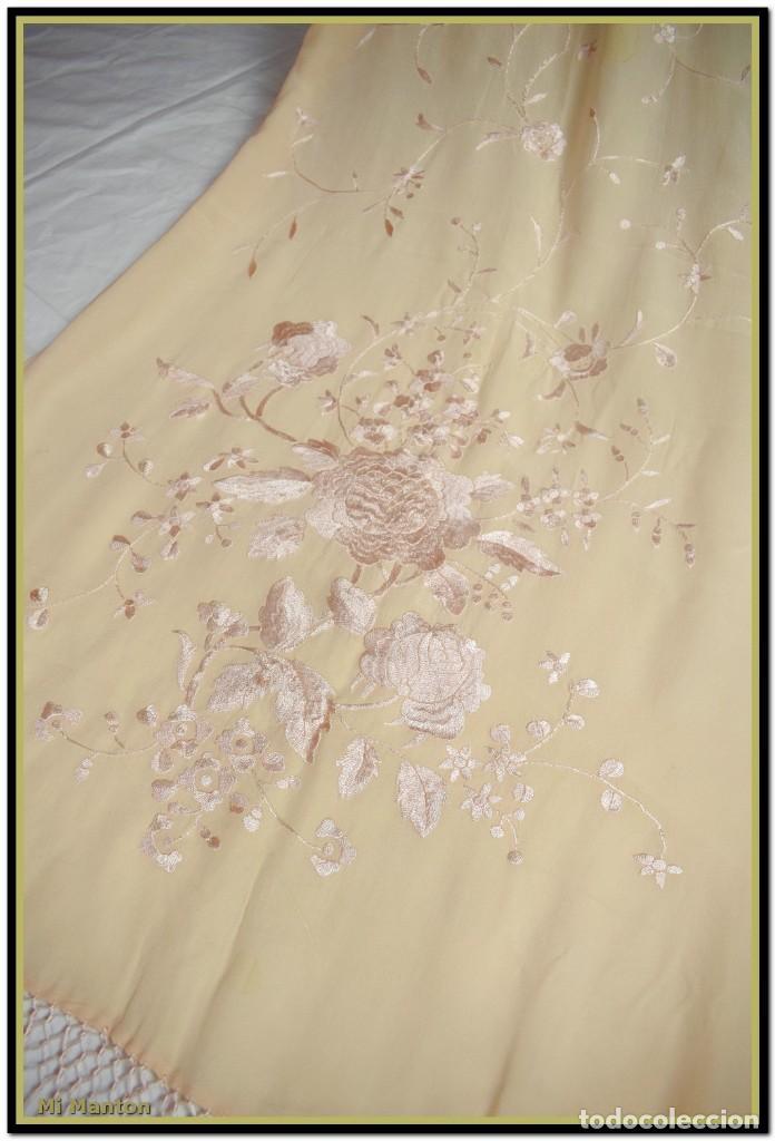 Antigüedades: Mi Manton, chal echarpe estola, bordada tipo manton de manila seda bordada a mano color rosa salmon - Foto 3 - 192193683