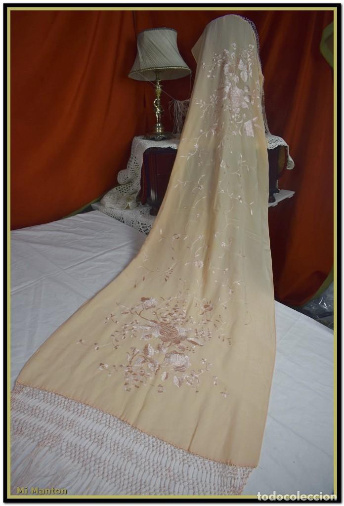 Antigüedades: Mi Manton, chal echarpe estola, bordada tipo manton de manila seda bordada a mano color rosa salmon - Foto 4 - 192193683