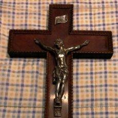 Antigüedades: CRUZ DE MADERA CON JESUSCRISTO CRUCIFICADO DE METAL.. Lote 191289815