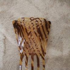 Antigüedades: ANTIGUA PEINETA CALADA SIMIL CAREY. Lote 192245905