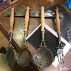 Antigüedades: ANTIGUO JUEGO DE UTENSILIOS DE COCINA EN METAL Y MADERA. Lote 192265998