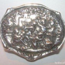 Antigüedades: ANTIGUA CAJITA DE PLATA REPUJADA Y CINCELADA EN LOS LATERALES.CON CONTRASTES.. Lote 192267407