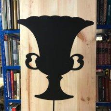 Antigüedades: LAMPARA DE METAL FORJADO CON SILUETA DE COPA - VER FOTOS. Lote 192281227