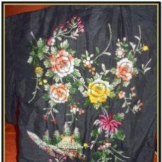 Antigüedades: KIMONO ANTIGUO SEDA BORDADA A MANO CON BORDADO TIPO MANTON DE MANILA, PERO CON RELIEVE. Lote 192285650