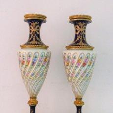 Antigüedades: SEVRES VASES BRONZE DORE CHATEAU TUILERIES BLEU JARRONES COPAS PORCELANA BRONCE DORADO AZUL XIX. Lote 192292552