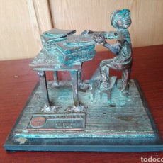 Antigüedades: NIÑO PERIODISTAS MAQUIMPRES,SA EN COLOR BRONCE. Lote 192330747