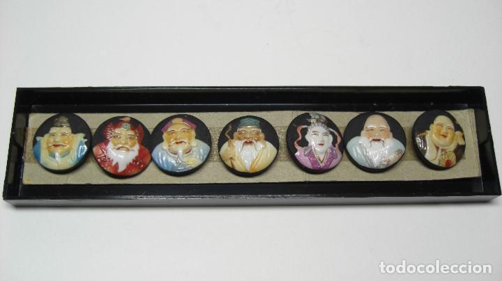 TOSHIKANE. SIETE DIOSES DE LA FORTUNA. JUEGO COMPLETO. SIETE BOTONES DE PORCELANA. (Antigüedades - Porcelana y Cerámica - Japón)