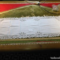Antigüedades: 112X39 CM TAPETE SUDARIO BORDADO PAÑUELO ENCAJE PUNTILLA FILTIRE 100X100 ALGODON IDEAL VIRGEN. Lote 192384590