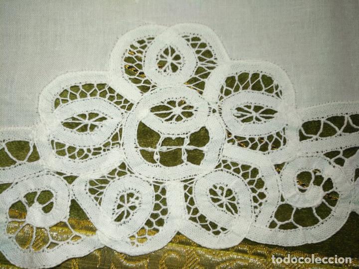 Antigüedades: 113x39 tapete sudario bordado pañuelo encaje puntilla filtire 100x100 algodon ideal virgen - Foto 4 - 192385602