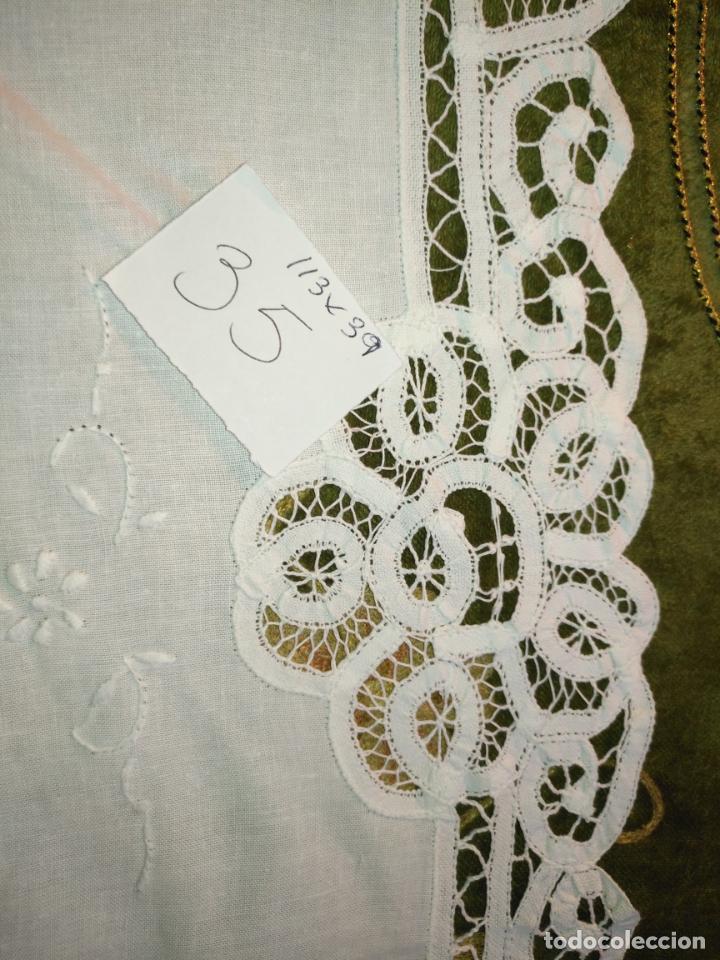 Antigüedades: 113x39 tapete sudario bordado pañuelo encaje puntilla filtire 100x100 algodon ideal virgen - Foto 6 - 192385602