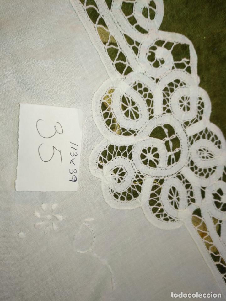 Antigüedades: 113x39 tapete sudario bordado pañuelo encaje puntilla filtire 100x100 algodon ideal virgen - Foto 7 - 192385602