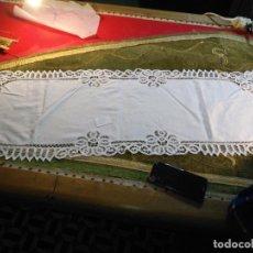 Antigüedades: 113X39 TAPETE SUDARIO BORDADO PAÑUELO ENCAJE PUNTILLA FILTIRE 100X100 ALGODON IDEAL VIRGEN. Lote 192385602