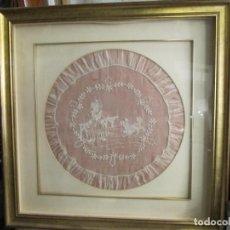 Antigüedades: MUY ANTIGUA LABOR - GASA BORDADA - ENMARCADA Y PROTEGIDA POR UN CRISTAL. Lote 192490926